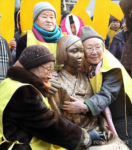 Surviving Comfort Women hug the Memorial Statue in California